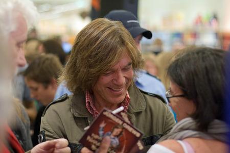 restaurateur: Weiterstadt, Allemagne, Octobre 2011: Chanteur Juergen Drews � une s�ance d'autographes pour les fans le 5 Octobre 2011 � Weiterstadt, en Allemagne Editeur