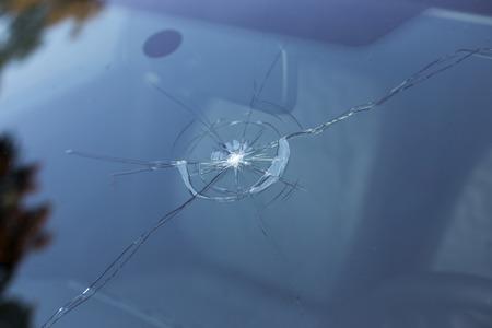 fissure: Pare-brise brisé d'une voiture, vitre endommagée