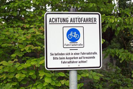 poner atencion: signo alemana que dice: los conductores de automóviles Atención. Usted está en un camino de bicicletas. Prestar atención a los ciclistas.
