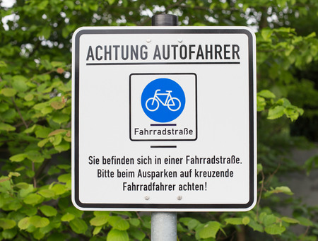 poner atencion: German sign that says: Attention car drivers. You are in a bicycle road. Pay attention to cyclists.