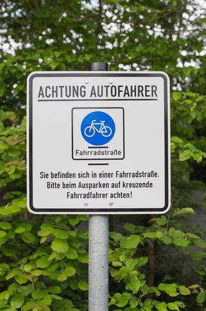 poner atencion: signo alemana que dice: los conductores de autom�viles Atenci�n. Usted est� en un camino de bicicletas. Prestar atenci�n a los ciclistas.