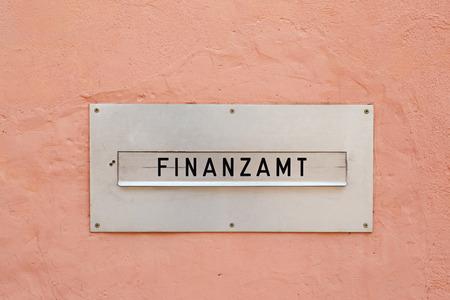 Het Duitse woord voor belastingkantoor (Finanzamt) op een brievenbus Stockfoto