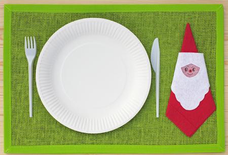 servilleta de papel: Cuchillo, tenedor, servilleta y placas de cartón en lugar de verde conjunto y madera