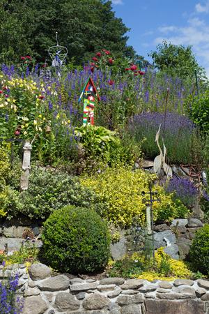 pflanzen: Steingarten mit verschiedenen Pflanzen und Blumen im Frühling