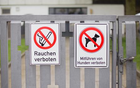 Des signes allemands indiquant que les chiens et le tabagisme sont interdits Banque d'images - 76709490