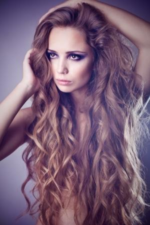 mujeres jovenes desnudas: Sexy mujer joven hermosa con el pelo rizado largo Foto de archivo