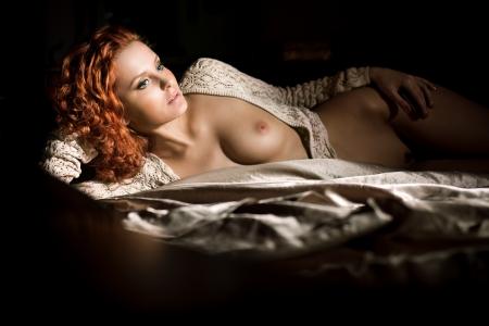 erotico: Atractiva hermosa joven desnuda