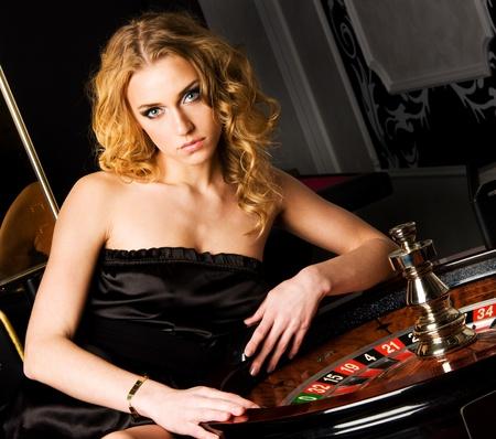 fichas de casino: Sexy chica joven en casino