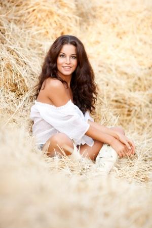 vaqueritas: Hermosa mujer joven atractiva en el heno