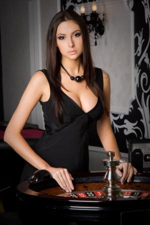 roulette: Giovane ragazza sexy in casinò