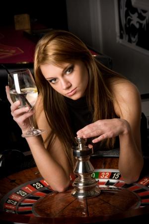 ruleta de casino: Sexy chica joven en casino