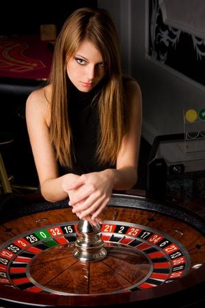 roulett: Sexy junges M�dchen im Casino Lizenzfreie Bilder