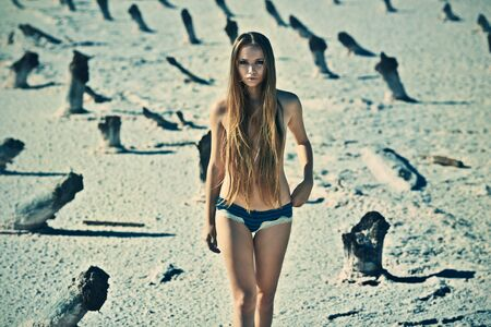 seins nus: Sexy jeune fille topless dans un lieu désert