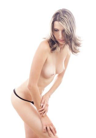 seins nus: Studio portrait d'une belle femme seins nus jeune en culotte noire, isolé sur fond blanc