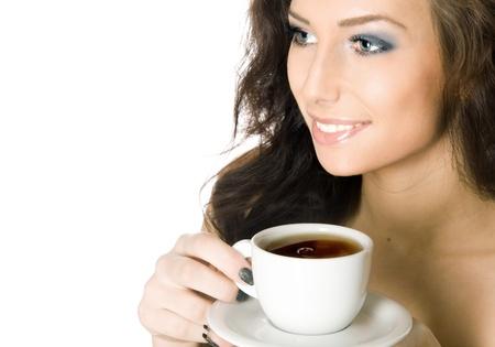 drinking coffee: Chica joven hermosa con una taza de bebida caliente caf�, aislados en fondo blanco Foto de archivo