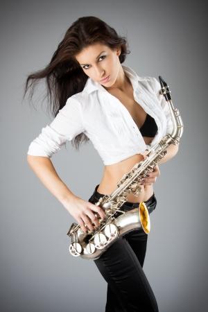 saxofon: Joven y bella mujer sexy con saxofón