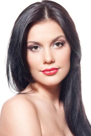 belle brunette: Gros plan du visage de belle jeune femme. Isolé sur fond blanc.