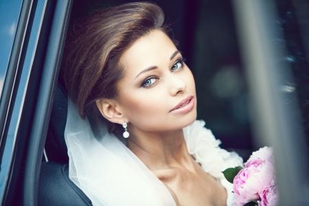 bridal gown: Hermosa joven novia feliz
