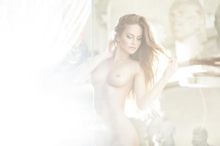 desnudo artistico: Desnuda hermosa joven mujer sexy con cuerpo delgado perfecto Foto de archivo