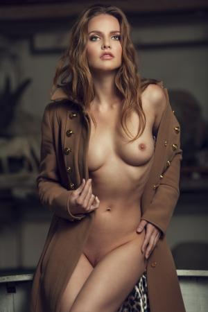 the naked girl: Mujer atractiva joven hermosa desnuda con la carrocer�a delgada perfecta Foto de archivo