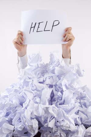 oficina desordenada: Abrumado por el papel de empresario utiliza el lenguaje de signos y mensajes escritos en papel para comunicarse ayuda