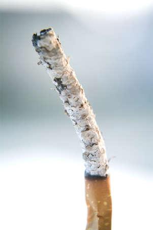 malos habitos: Cigarrillo quemado por completo que muestra s�lo las cenizas Foto de archivo