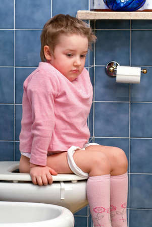 t�pfchen: Kleines M�dchen auf der Toilette, die lustige Gesichter macht