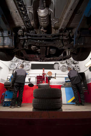 View from under a car in a tire shop Standard-Bild