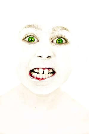 humoristic: Retrato art�stico de una ni�a con la cara pintada rechinando los dientes de rabia