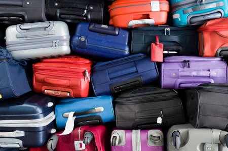 Koffers multicolor gestapeld voor transport boven elkaar Stockfoto