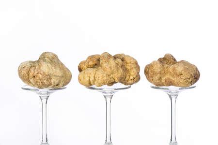 truffe blanche: Nature morte d'une truffe placée sur le piédestal en verre sur le fond blanc