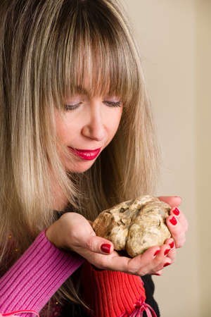 truffe blanche: La truffe blanche du Piémont en Italie dans les mains d'une femme qui le regarde
