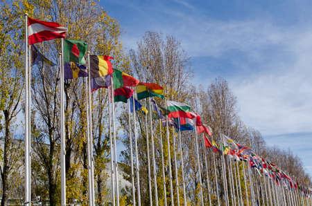 banderas del mundo: Lisboa, Portugal Indicadores del mundo en el Parque de las Naciones en la ciudad de Lisboa