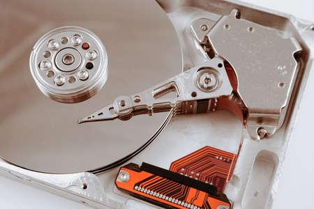開かれたコンピューターのハード ドライブのマクロを閉じます。 写真素材
