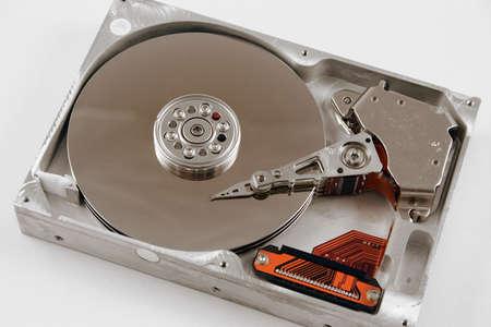 Een close-up macro van een geopend computer harddisk.