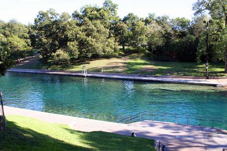 resortes: Una buena foto de la piscina de Barton Springs en el centro de Austin, Texas. Foto de archivo