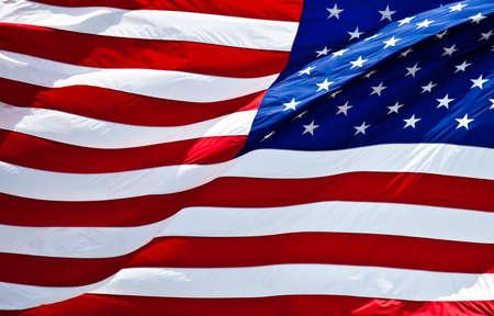 banderas americanas: una bandera americana con audacia en el viento