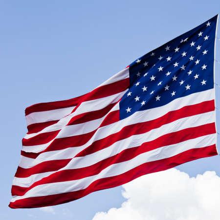 american flags: una bandera americana con audacia en el viento