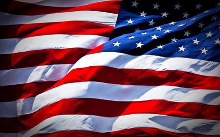 대담하게 바람에 날아 다니는 미국 국기