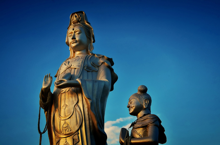 žák: Socha Guanyina a jejího žáka v jasném dni.