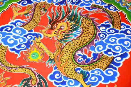 石の壁に金色の dragon 画。 写真素材