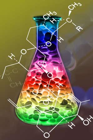 drug discovery: Mixed Tablet Dosaggio Forma nella struttura Erlenmeyer Flask e chimica a New Drug Discovery concetto e Tecnologie Farmaceutiche Archivio Fotografico