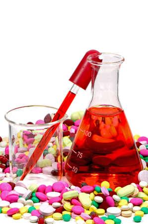 drug discovery: Mixed Tablet Dosaggio Forma a New Drug Discovery Concept e Tecnologia Farmaceutiche isolato su sfondo bianco con percorso di clipping