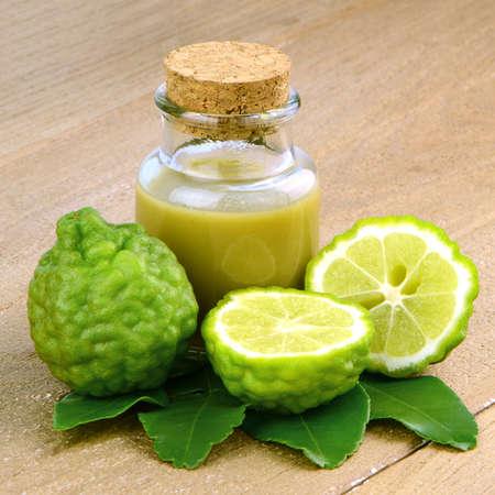 sanguijuela: Cabello natural y cuidado de la piel de lim�n Kiffir o Leech lima (Citrus hystrix DC.) Sobre fondo de madera.