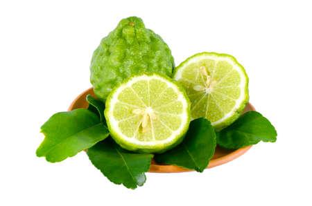 sanguijuela: Frutas frescas y hojas verdes de la cal Kiffir o Sanguijuela lima (Citrus hystrix DC.) Aisladas sobre fondo blanco con trazado de recorte con la reflexi�n en el suelo.