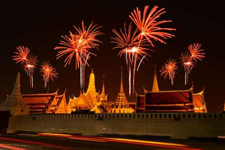 sien: Celebraci�n del fuego artificial en Wat Phrasrirattana Sasadaram el Templo del Buda de Esmeralda (Wat Phra Kaeo) Bangkok, Tailandia. Foto de archivo