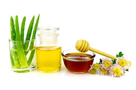 limpieza de cutis: Aloe vera y el pelo ingredientes máscara de pasta de tratamiento facial en el fondo blanco.