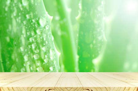 アロエベラの葉雨の滴を背景。