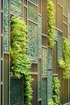 暖かい光のトーンで垂直デモ ガーデニングで緑の壁。