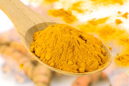 Kurkuma (Curcuma longa L.) Wurzel und Kurkuma Pulver für alternative Medizin, Wellness-Produkte und Nahrungsmittelbestandteil. Standard-Bild - 67734458
